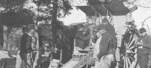 Un canon du 25e RA pointe sur Cernay à partir d l'usine des anglais (source ci-dessous, Archives Archives municipales et communautaires de la Ville de Reims)l