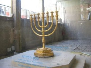 1024px-Old_Jerusalem_Golden_Menorah_replica_in_the_Cardo