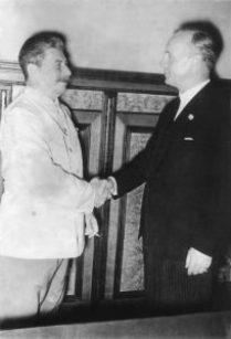 ADN-ZB/Archiv Sowjetunion, August 1939, Im Moskauer Kreml wird am 23.8.1939 ein Nichtangriffsvertrag zwischen dem deutschen Reich und der UdSSR unterzeichnet. Nach der Unterzeichnung im Gespräch J.W. Stalin und der deutsche Reichsaußenminister Joachim von Ribbentrop (r.).