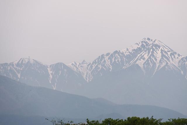 常念岳、真中が槍ヶ岳。薄曇りでよく見えないですかね。