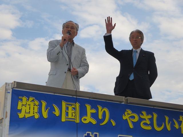 講演会後、JR長野駅前で街頭演説。佐高さんにも社民党の支援を呼びかけてもらいました。