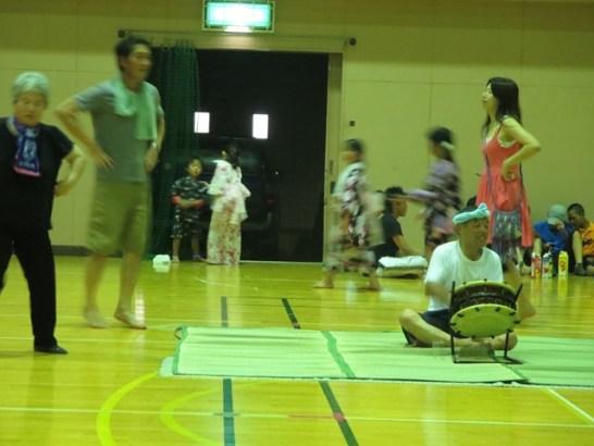 体育館内に変更になった盆踊り、やっぱり趣が…?でも愉しませてもらいました。