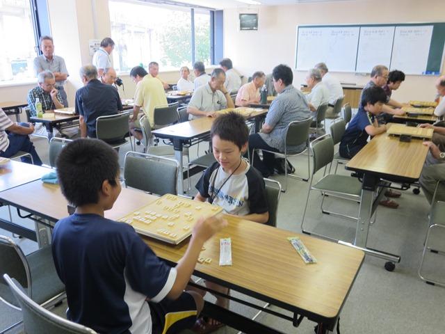 将棋の会場で。真剣な様子で集中する若き棋士達です。