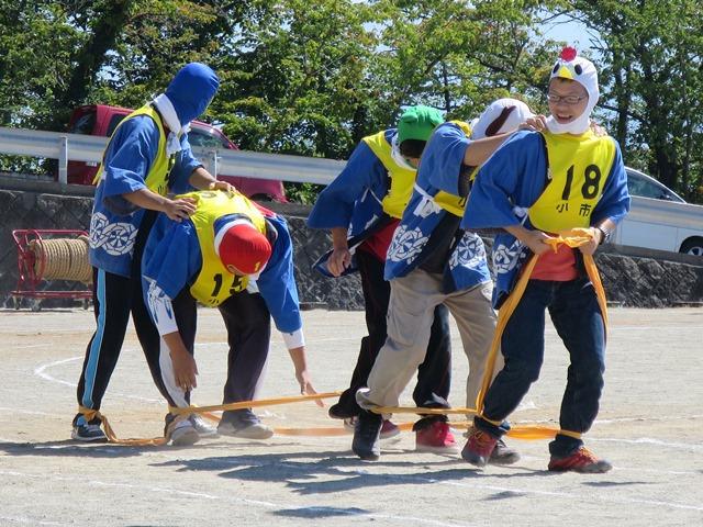 ムカデ競争。小市区チームは若者連のメンバーです。笑いをとって大活躍でした。