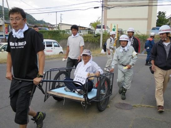 怪我人をリヤカーで運ぶ訓練も。