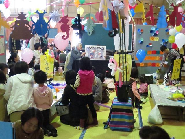 裾花体育館では、紙芝居や工作教室に親子連れでにぎわいました。