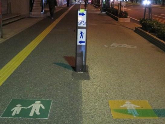 高松市内の歩道整備の状況。歩行者と自転車道の区分。