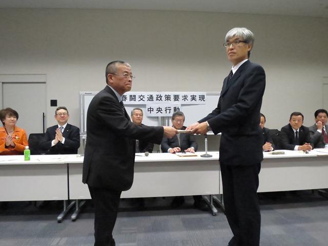 私鉄総連の藤井委員長(左)から国土交通省総合政策局・藤井部長に要請書を手渡し。二人とも「藤井さん」でした。