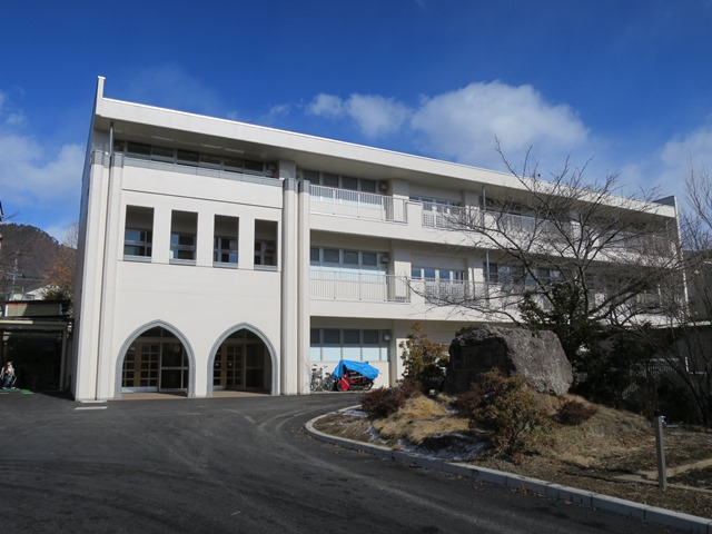 完成した東校舎。入り口は「赤心館」と同じアーチが形どられています。