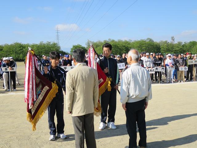 犀川第一グランドで開かれた総合開会式。優勝旗を返還する小市チームの代表