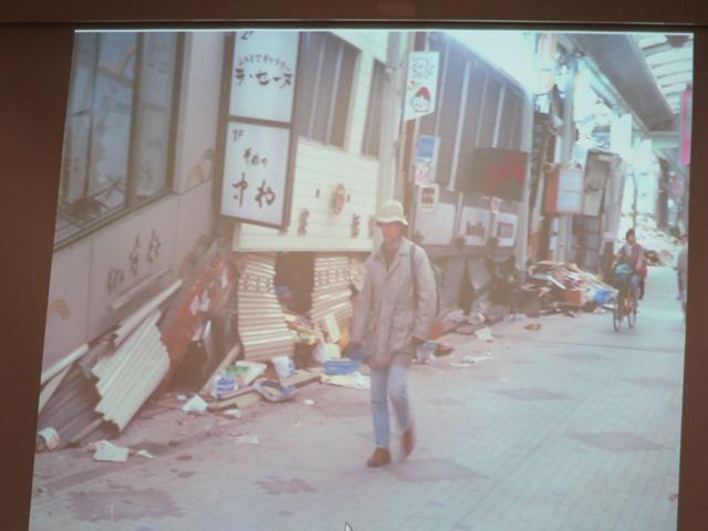 西宮市内の商店街の被災状況。1階が2階に押しつぶされている状況。「1階に寝てはいけない」と強調