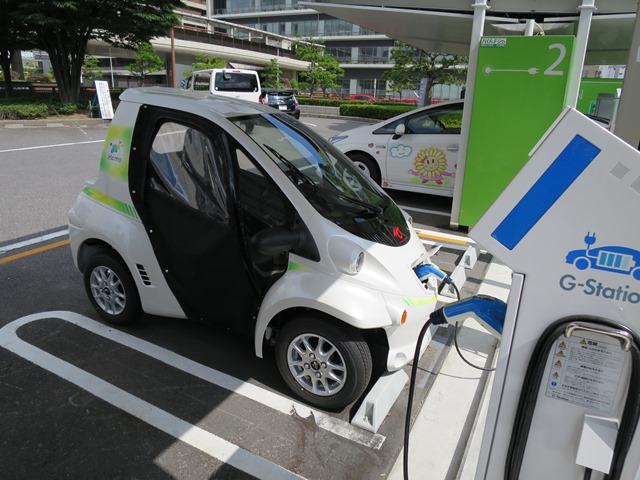 さすが「トヨタ」のまちです。一人乗りの超小型電気自動車(コムス)を使ったカーシェアリング事業が始まっています。市役所の駐車場で。