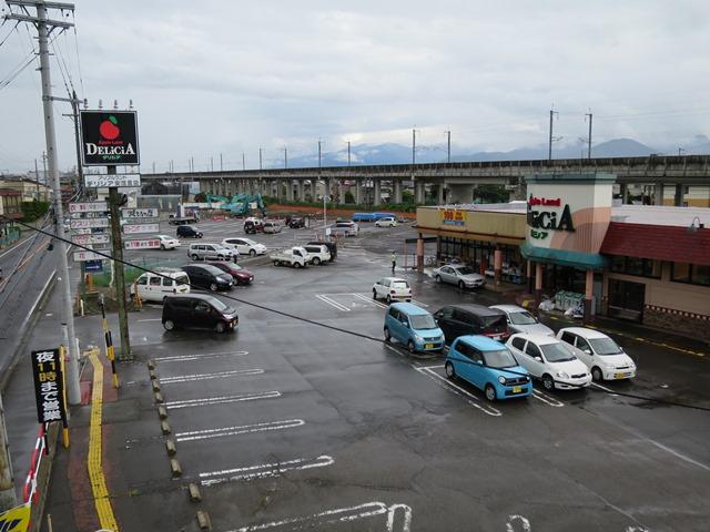 西河原歩道橋から東方面。旧小矢沢商店は解体され、新店舗が建つことに。