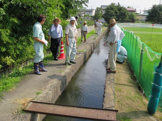 小柴見地区の裾花本堰水路の漏水対策を要望。水路脇の側道には陥没している箇所も散見されかなり危険な状態。