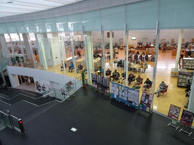 「りぶら」内のメイン施設=岡崎市の中央図書館。すごく開放的な図書館です。