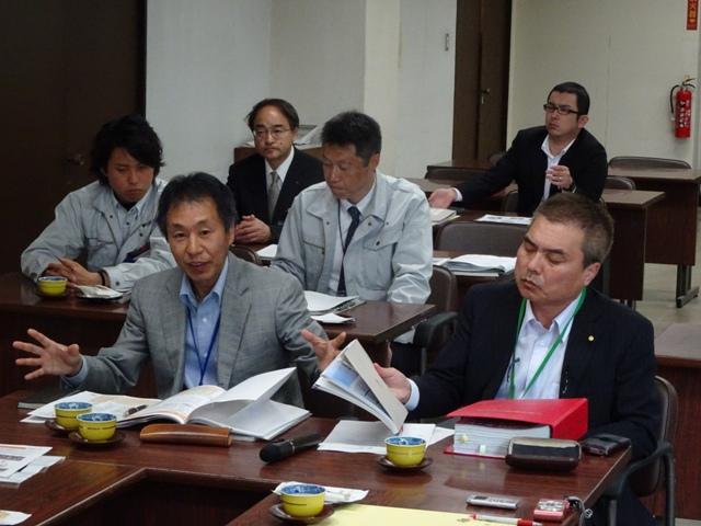 説明いただいた震災復興推進局や市民総務部の皆さん。中央の二人が長野市からの派遣職員、神保さん(右)と北村さん。