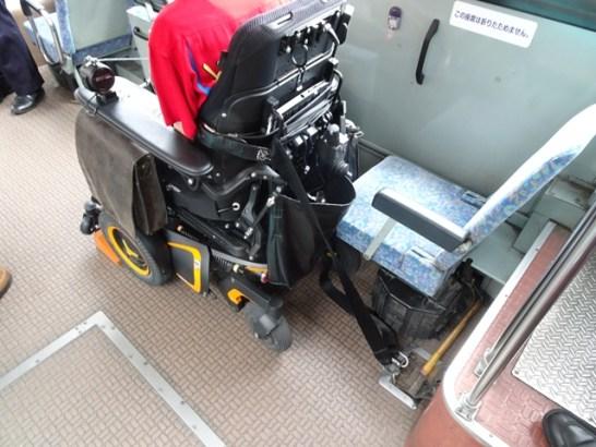 車いす用の車止めとシートベルトで固定が終わった状態