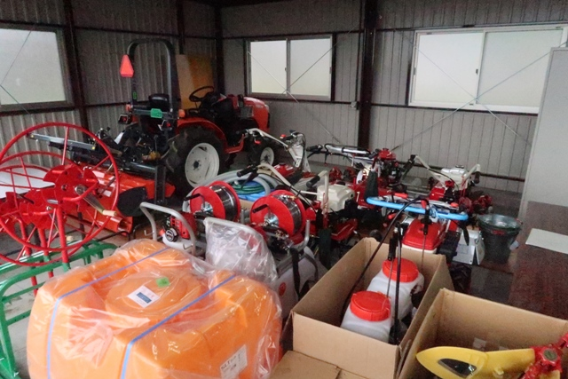 トラクターや豆トラ。新しい農作業機具が受講生を待っています。