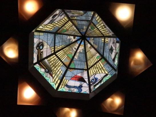 議場の天井にステンドグラス