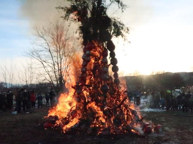 犀川河川敷で。小市区は5会場でどんど焼きが催されます。