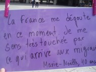 Acción en Rennes el 20J. Traducción: En estos momentos Francia me da asco. Me siento muy concernida por lo les ocurre a los migrantes.
