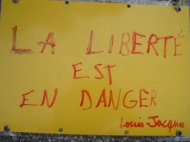 """Acción en Rennes, mensajes dejados por los ciudadanos. Traducción: """"La libertad está en peligro"""""""