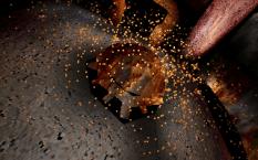 Une explosion de particules dans une scène 3D low-poly. Nova par Overflow (MS-DOS, 1997) https://demozoo.org/productions/35758/