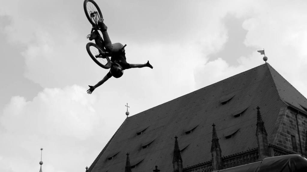 Abenteuer in 60 Minuten Biker fliegt über Nürnberg