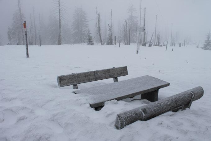 Winter_Bänke nahezu eingeschneit