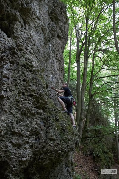 5 Tipps für Anfänger: So machst du schönere Fotos beim Klettern_Kletterer mit schwarzen T-Shirt