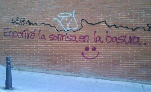 sonrisa en la basura