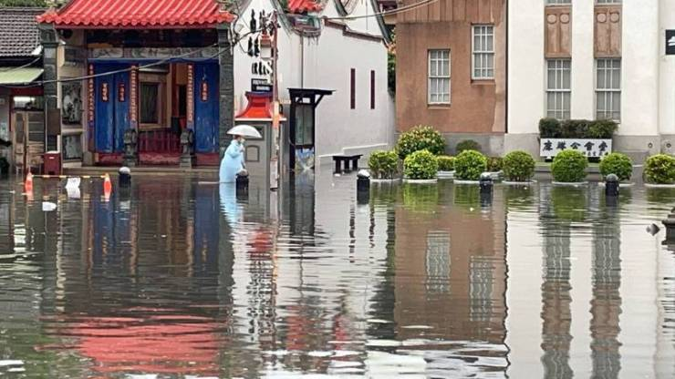 今天上午,不少人被雨聲和雷聲吵醒,許多地區更傳出淹水災情,民眾原本還希望6月1日節水力道加強版可以不要嗎?卻因雨水沒下在水庫,無助解除旱象,6月1日延長停水和復水,依照原計畫執行。(圖由彰化縣消防局提供)
