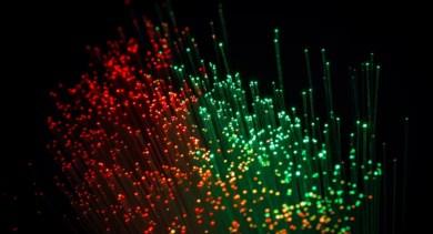 Imagem mostra fibras óticas nas cores vermelha e verde
