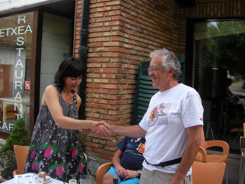 Manuel Moreno thansking Estibaliz Ibanex de Guana for the town´s hospitality
