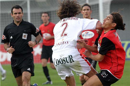 Codazo de Fernando Navaroo a jugador del MAllorca | Imagen: Google Pictures
