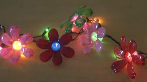 Luces de flores hechas con botellas de plstico para