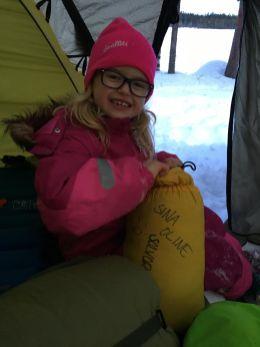 Oline hjelper til å pakke ned teltet