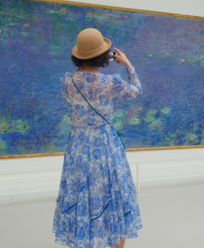 Her dress perfectly matches the painting!