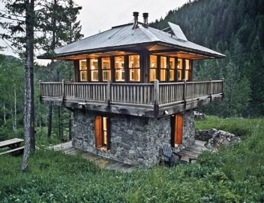 Небольшой двухэтажный загородный домик