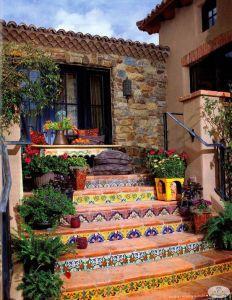 Яркий дизайн двора дома