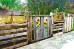 Красивый деревянный забор на даче