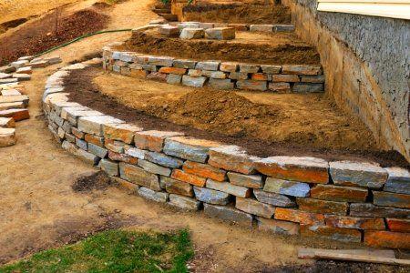 Террасирование участка каменными подпорными стенками