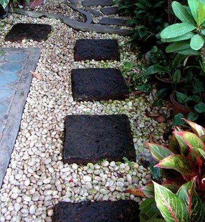 садовая дорожка из бетонных плит