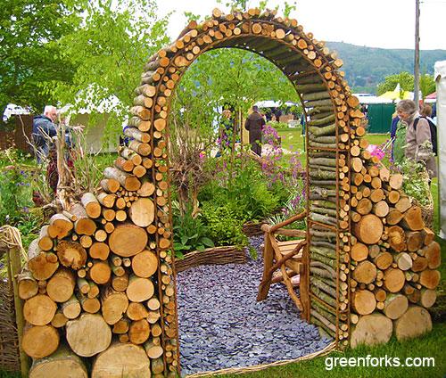 Садовая арка из деревянных спилов чурбанов