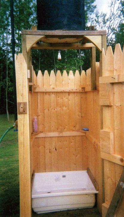 Простой деревянный летний душ