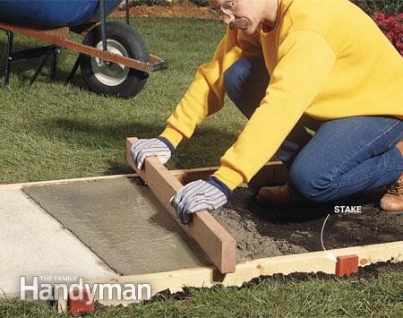 Заливка дорожки в опалубке бетоном