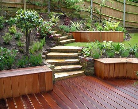 деревянная площадка и лестница на даче