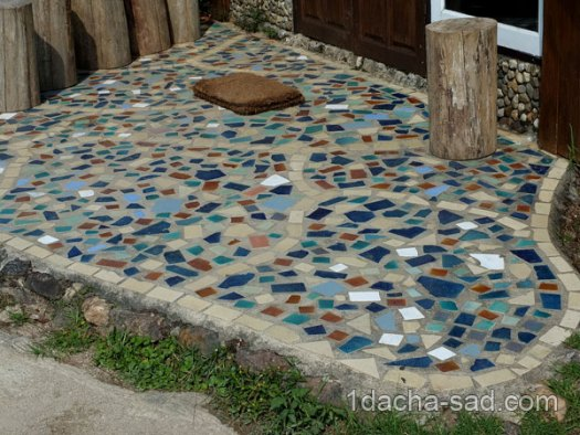 мозаика из битой плитки на площадке