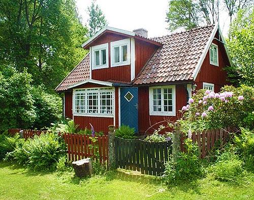 Красивый дачный домик с мансардой