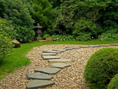 Садовая дорожка из гравия и камня